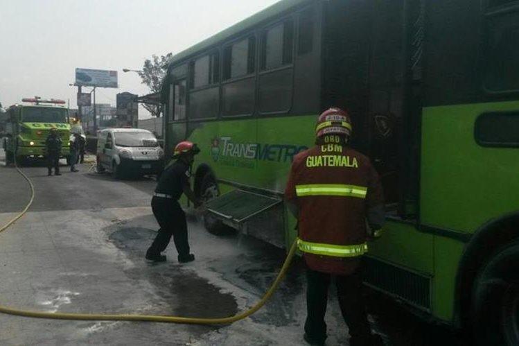 Bomberos Municipales sofocan las llamas del vehículo de transporte público municipal. (Foto Prensa Libre: PMT de Villa Nueva)
