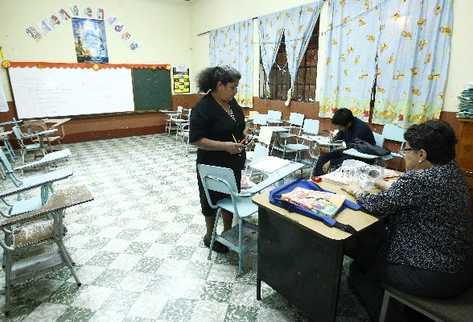 Debido a que  no tiene control del personal, el Mineduc asigna docentes a establecimientos educativos que no los necesitan, lo cual causa que los maestros estén subutilizados y recarga el trabajo en otras escuelas.