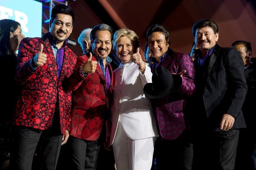 Los Tigres del Norte junto a la candidata presidencial demócrata Hillary Clinton. (Foto Prensa Libre: AP)