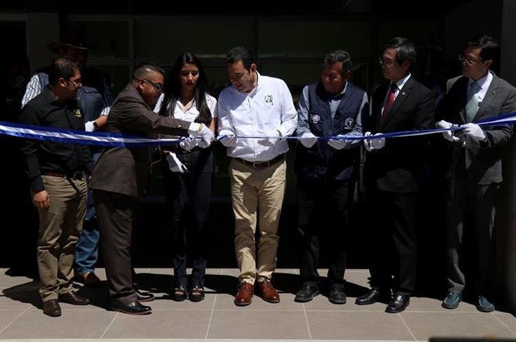 El presidente Jimmy Morales corta la cinta simbólica de inauguración. (Foto Prensa Libre: Mike Castillo)