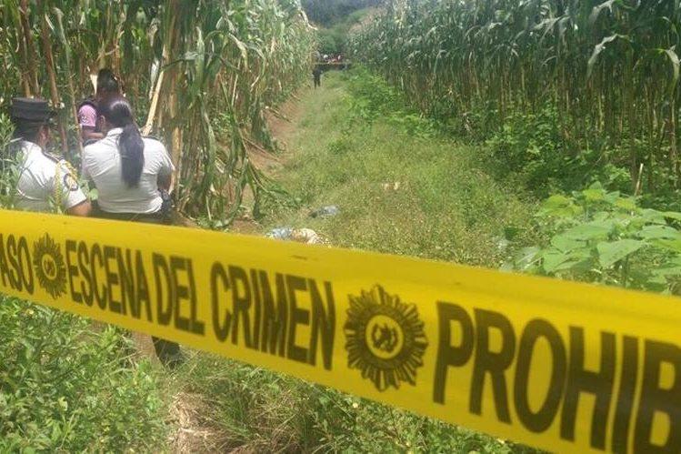Agentes policiales acordonan el área donde fueron localizados dos cadáveres, en la zona 4 de la cabecera de Chimaltenango. (Foto Prensa Libre. Víctor Chamalé)