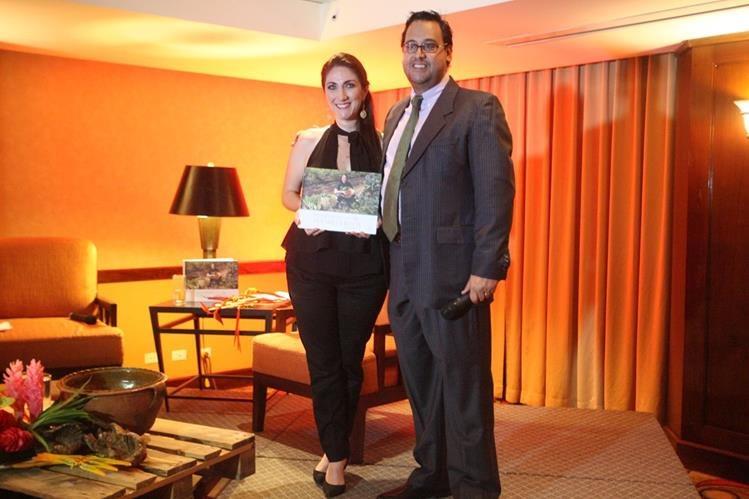 La chef Mirciny Moliviatis recibe su primer libro Viviendo la receta Guatemala, de manos de su editor, José Luis Samayoa, de D'Buk. (Foto Prensa Libre, Brenda Martínez)