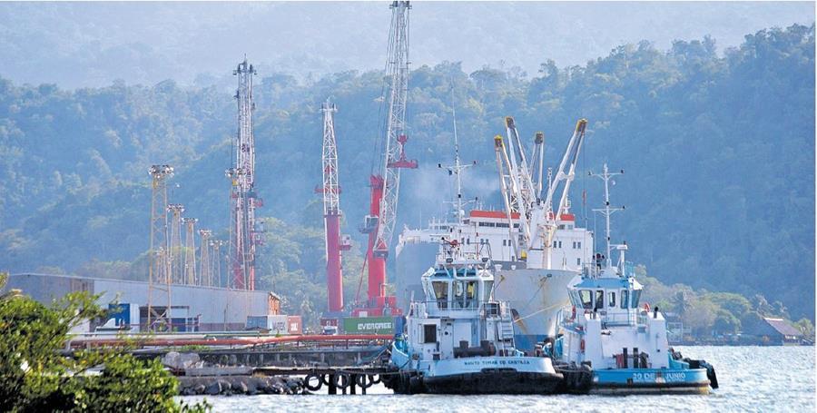 A un costado de la Empornac se construye la nueva instalación portuaria, que trabajará carga y descarga de níquel y minerales. (Foto Prensa Libre: Dony Stewart)