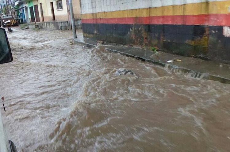La falta de drenajes en la zona 3 de San Miguel Petapa provoca la inundación. (Foto Prensa Libre: cortesía Dalia Santos)