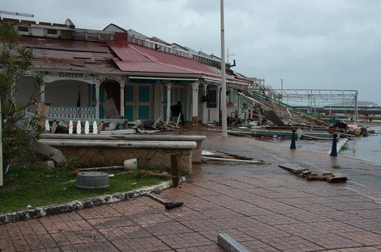Varios escombros en una calle en Marigot, en la isla caribeña francesa de San Martin, y los preparativos ante la llegada de María.(AFP).