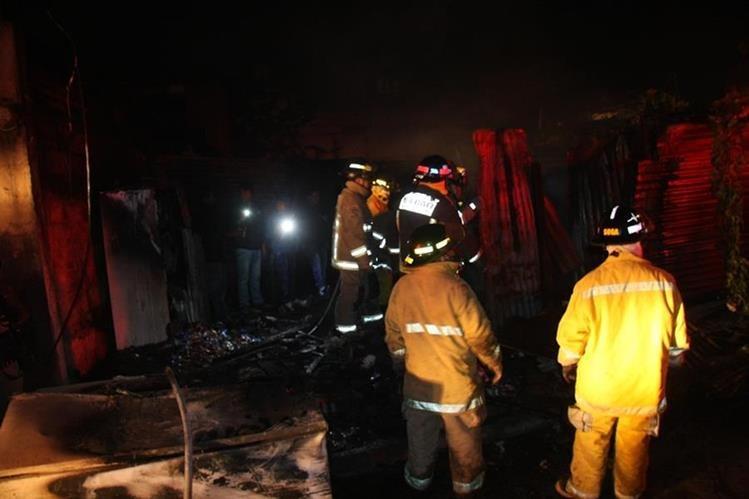 Bomberos trabajan en el parea donde el fuego destruyó una vivienda en Jocotenango., Sacatepéquez. (Foto Prensa Libre: Renato Melgar).