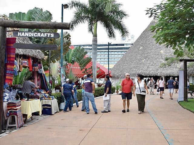 Cruceristas recorren tiendas en Puerto Quetzal, Escuintla. (Foto Prensa Libre: Enrique Paredes)