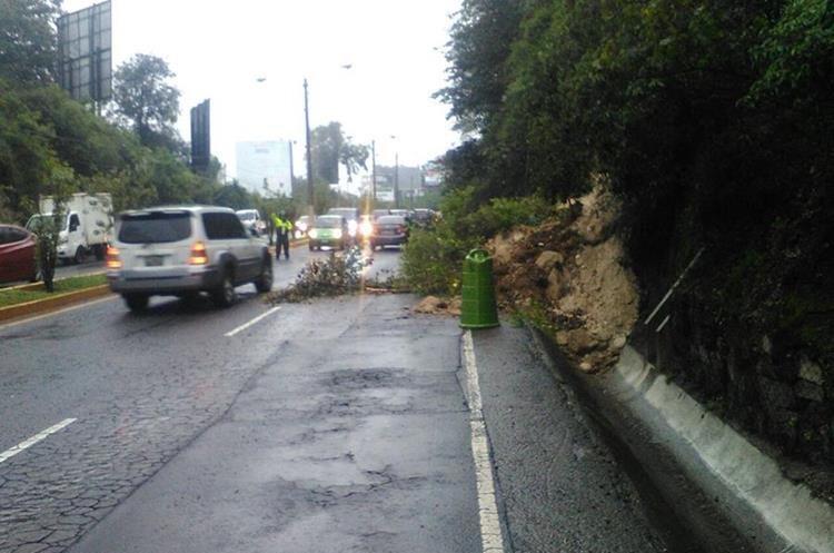 Derrumbe en salida de San Cristóbal hacia Las Charcas, zona 11. (Foto Prensa Libre: Muni de Mixco).