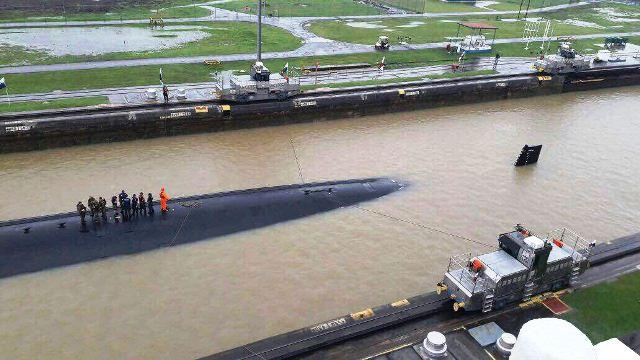 Submarino de la Marina de Estados Unidos cruza el Canal de Panamá. (Foto Prensa Libre: Cortesía)