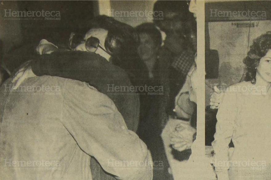23/10/1983 Dina García de Deman abraza a su padre, periodista Pedro Julio García. (Foto: Hemeroteca PL)
