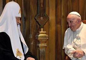 El papa Francisco y el patriarca Kiril se saludan ante la prensa el viernes, en La Habana, Cuba. (Foto Prensa Libre: AFP).