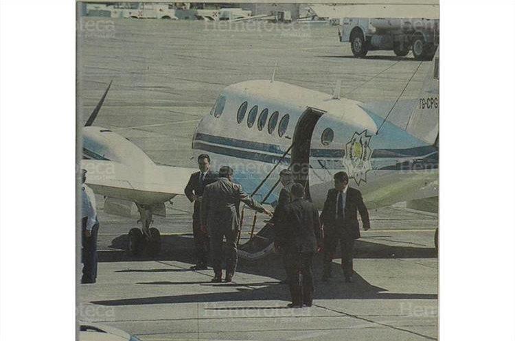 El presidente, Alfonso Portillo izquierda, con lentes y algunos miembros de su seguridad, frente al avión presidencial matrícula TG-CPG. 9/3/2002. (Foto: Hemeroteca PL)