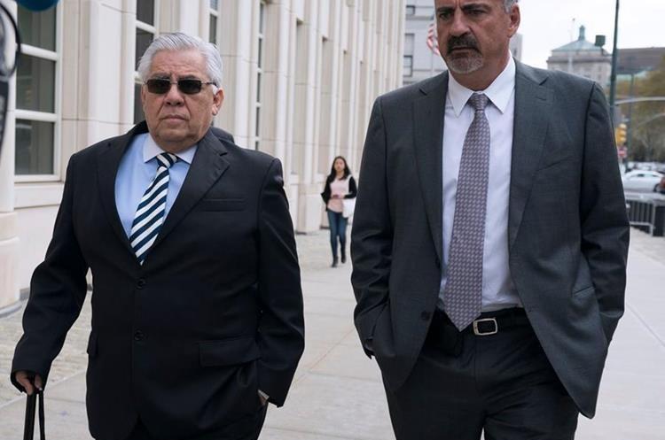 Héctor Trujill -izq- llega a la corte federal de Brooklyn. (Foto: AFP)