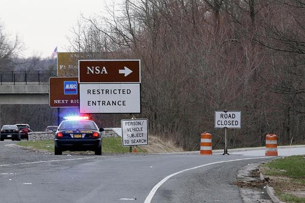 Una patrulla de la policía bloquea la entrada la Agencia de Seguridad Nacional.  (Foto prensa Libre:AP)