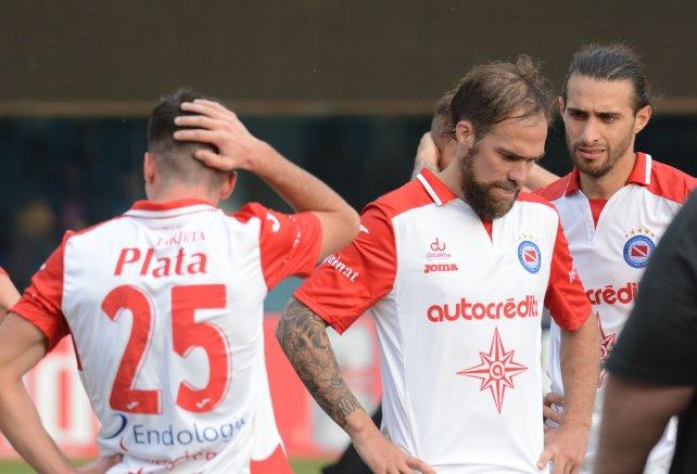 Los jugadores de Argentinos Juniors muestran su desconsuelo, después de conocer que bajarán de categoría. (Foto Prensa Libre).