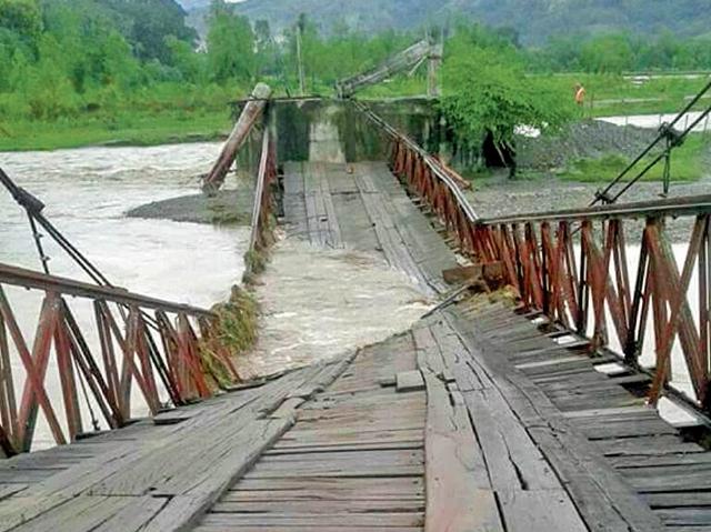 El puente Los Mixcos, en Los Amates, Izabal, colapsó por las fuertes lluvias, lo que afectó a unos cinco mil vecinos. (Foto Prensa Libre: Conred)