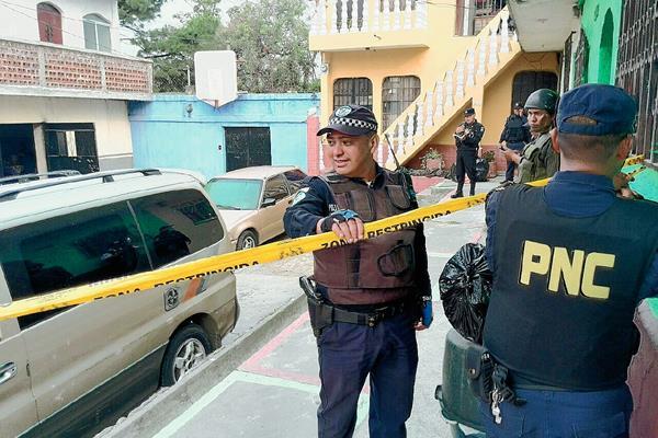 Agentes de la Policía Nacional Civil y de Tránsito de Villa Nueva, resguardan la escena del crimen en donde fue baleada Melisa Azucena Sunun. (Foto Prensa Libre: Estuardo Paredes).