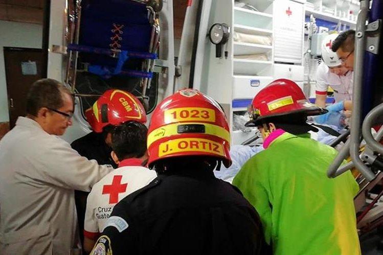 El doctor Edwin Bravo trasladó personalmente a pacientes críticos afectados por la erupción del volcán de Fuego. (Foto Prensa Libre: Hospital San Juan de Dios)