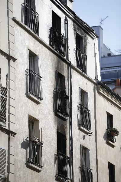 Vista exterior del edificio dañado por un incendio.