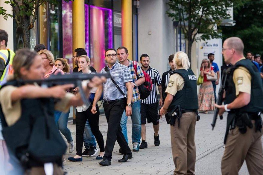 Policías en plena posición de defensa en Múnich. (Foto Prensa Libre: AFP).