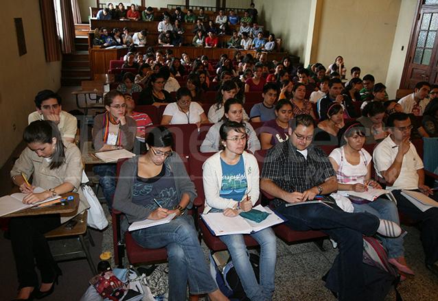 Miles de estudiantes fueron perjudicados con el cierre, obligándolos a improvisar la continuidad de sus estudios en auditorios, institutos y otros sitios. (Foto: Hemeroteca PL)