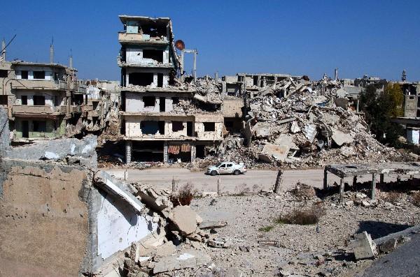 "<span class=""hps"">Un</span> <span class=""hps"">auto circula frente a una zona</span> <span class=""hps"">devastada en la </span><span class=""hps"">ciudad de Homs</span><span>, Siria</span><span>.</span>"