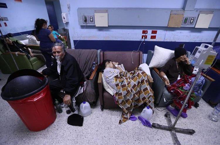 Hospital General San Juan de Dios,  emergencia de adultos se encuentra saturada, pacientes son atendidos  en pasillos, permanecen por d'as en sillones conectados con suero y oxigeno a la espera de encamamiento.  Fotograf'a Esbin Garcia