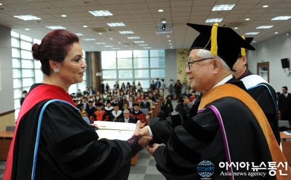 La vicepresidenta Roxana Baldetti recibió un doctorado honorario en Corea del Sur. (Foto Prensa Libre: Agencia News Agency)