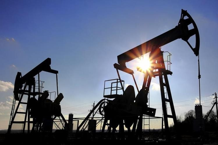 El precio del barril del petróleo sigue a la baja.