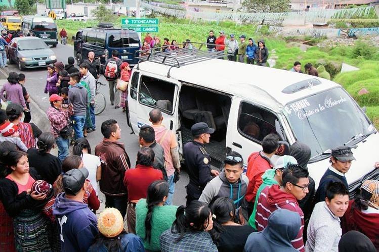 Curiosos permanecen junto al microbús accidentado, en Totonicapán. (Foto Prensa Libre: Édgar Domínguez)