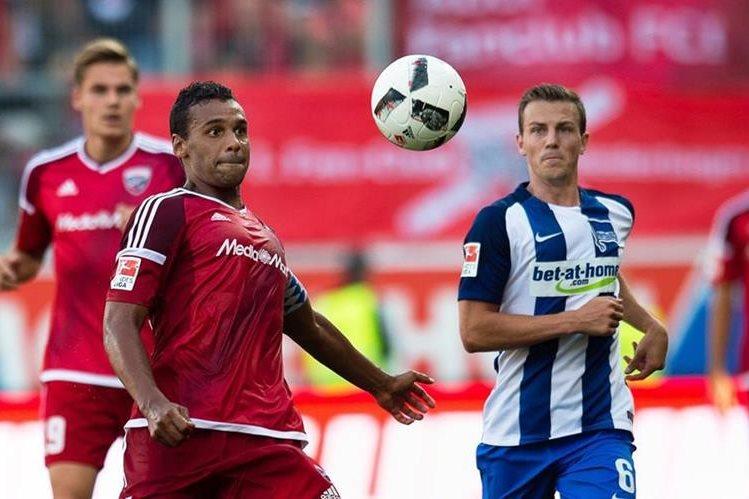 Acción durante el partido que ganó el Hertha Berlín. (Foto Prensa Libre: EFE)