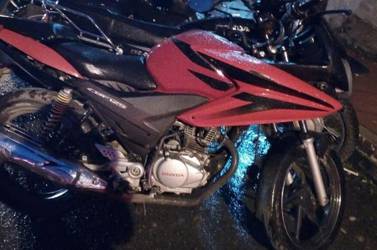 Esta es la motocicleta que dejaron tirada al momento de darse a la fuga. (Foto Prensa Libre: Eduardo Sam)