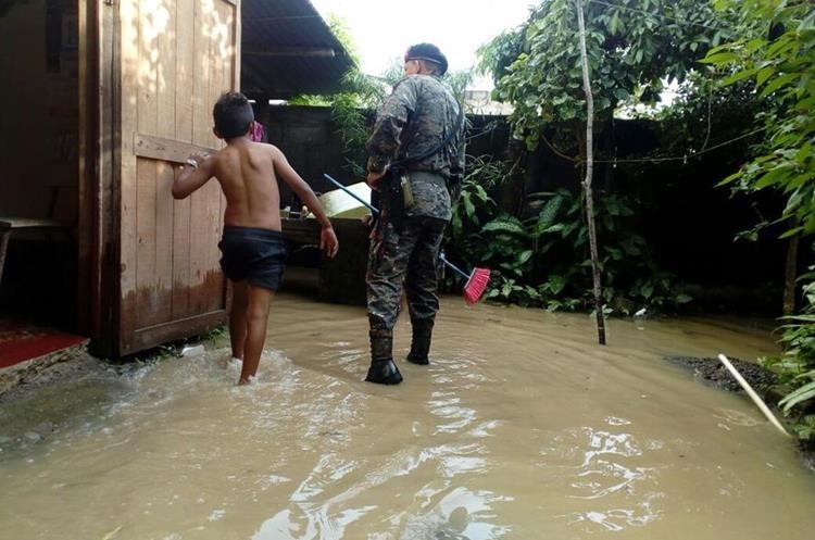 Río Escondido en Puerto Barrios se encuentra arriba de su nivel y ha inundado unas viviendas.