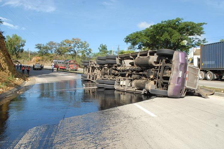 Tramo de ruta al Atlántico queda cerrado por varias horas luego de accidente de tráiler. (Foto Prensa Libre: Héctor Contreras)