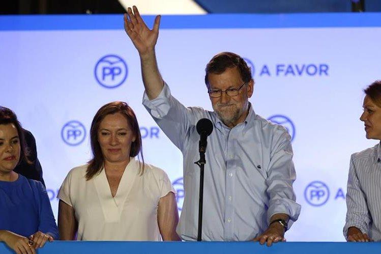 Mariano Rajoy (al centro) festeja el resultado de las legislativas en España. (Foto Prensa Libre: AP).