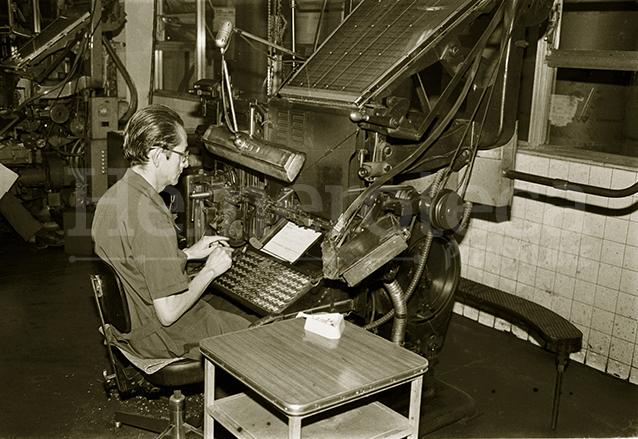 El oficio de impresión ha evolucionado a través del tiempo. En la imagen un linotipista elaborando Prensa Libre en la década de los años 50.  (Foto: Hemeroteca PL)