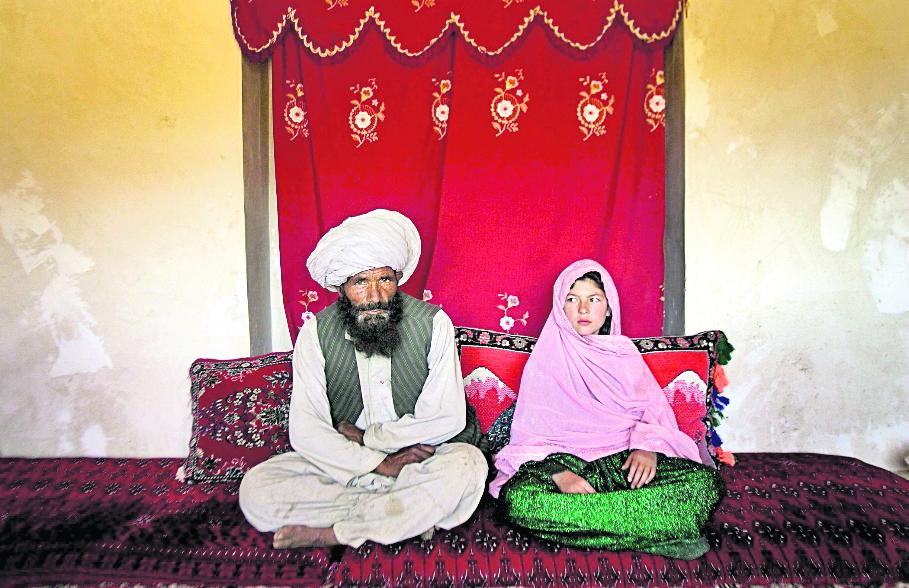 (Imagen de referencia). Fotografía del año que muestra la boda de un hombre afgano en el 2007 con una niña de 11 años. La imagen fue captada por la norteamericana Stepahie Sinclear, y fue seleccionada foto del año por Unicef. (Foto Prensa Libre: Hemeroteca PL).