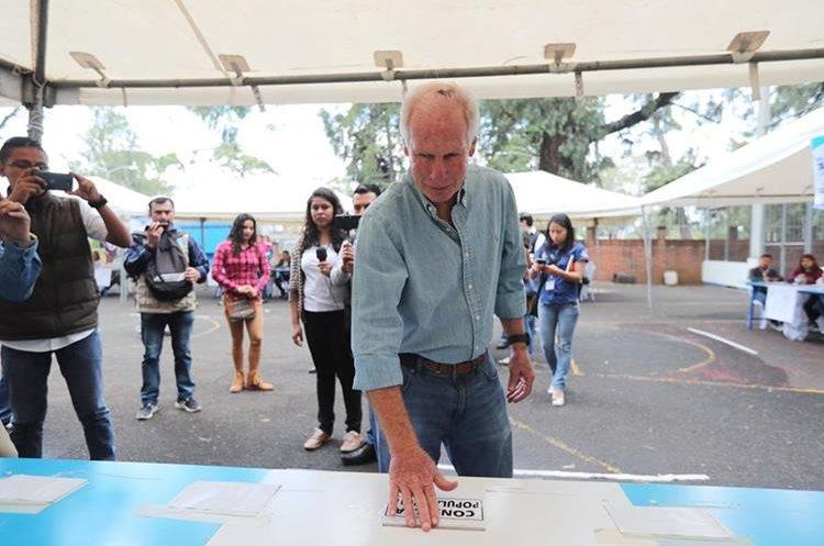 El alcalde votó en el Club Los Arcos, en la zona 14, durante la Consulta Popular por el diferendo con Belice, el pasado 15 de abril de 2018.