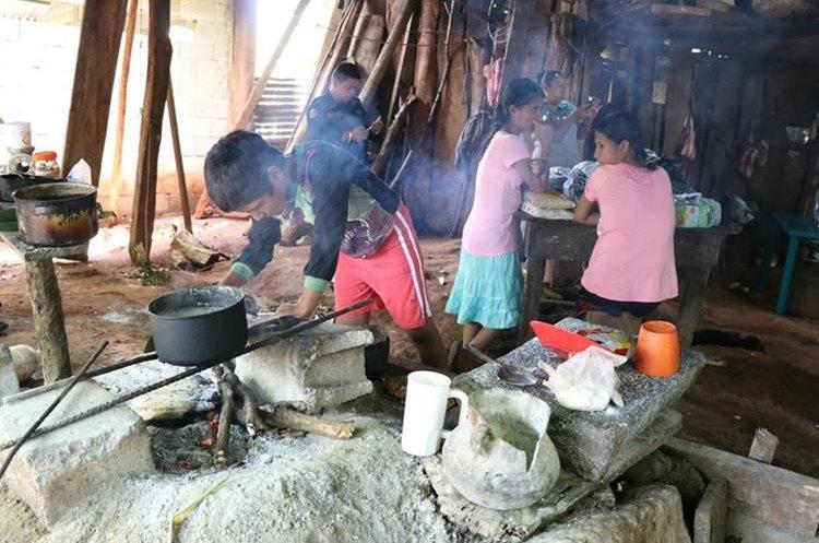 La familia García prepara sus alimentos con leña, en una improvisada cocina que construyeron en una de las habitaciones. (Foto Prensa Libre: Carlos Paredes)
