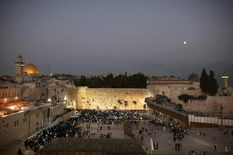 Vista de la Explanada de las Mezquitas en Jerusalén con el Muro de las Lamentaciones en primer plano y al fondo la Mezquita de Al Aqsa. (Foto Prensa Libre: AFP).
