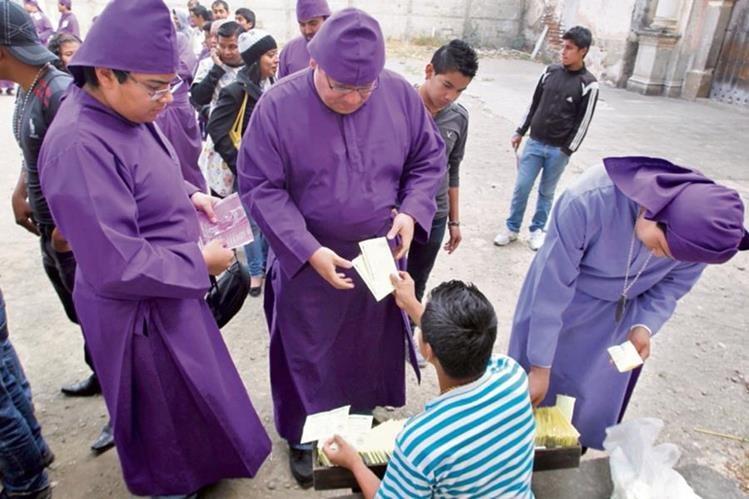 Las Hermandades captaron Q1.2 millones por la venta de turnos para los cortejos procesionales en Antigua Guatemala. (Foto Prensa Libre: Hemeroteca PL)