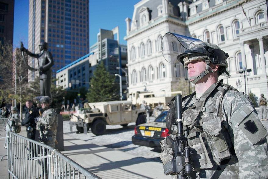 Soldados de la Guardia Nacional de Maryland montan guardia frente al ayuntamiento, en Baltimore. (Foto Prensa LIbre:AFP) AFP