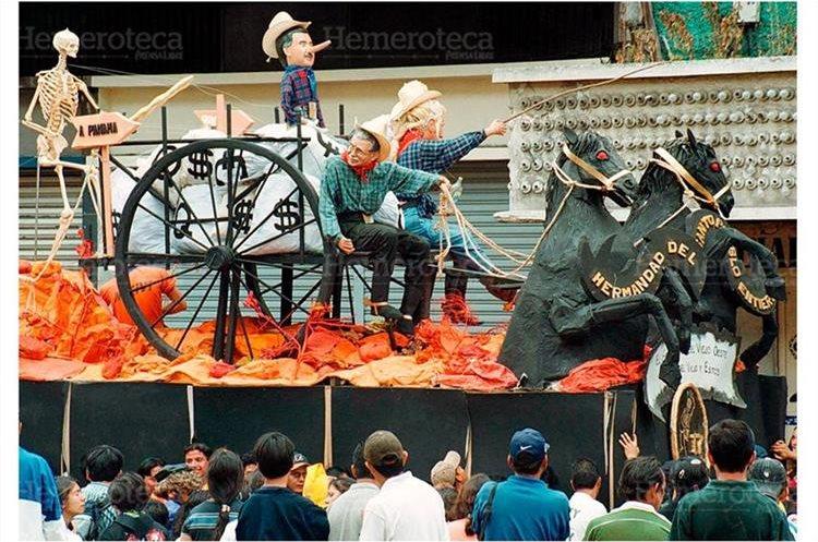 Una carroza satiriza al presidente del Congreso José Efrain Ríos Montt y al presidente de la República, Alfonso Portillo, robando el dinero de Guatemala. (Foto: Hemeroteca PL)