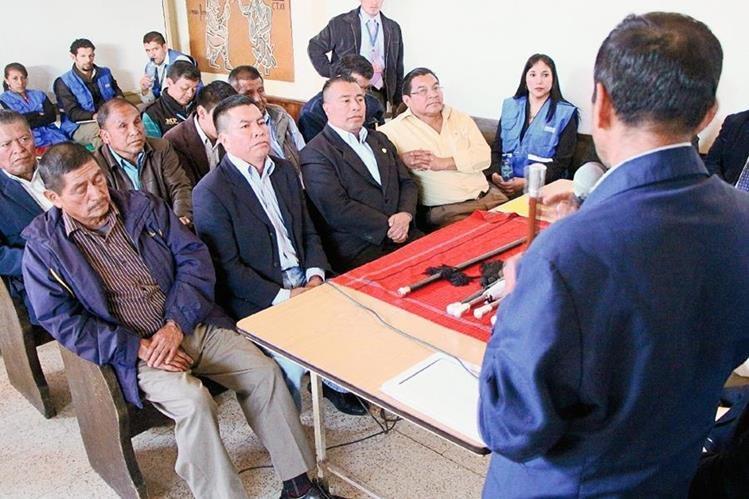 Autoridades indígenas y municipales de Momostenango participan en reunión de conciliación. (Foto Prensa Libre: Édgar Domínguez)
