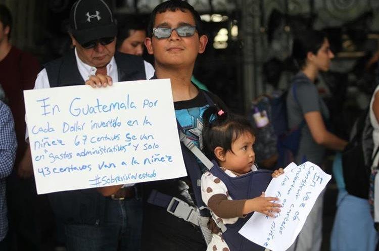 Manifestantes mostraron pancartas con varios mensajes de repudio