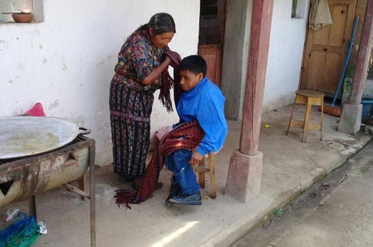 Carlos Cuxulic asegura que ama a su madre porque siempre vela por su bienestar. (Foto Prensa Libre: Ángel Julajuj)