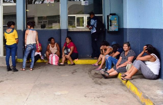 Madres de familia esperan atención  afuera de la emergencia de Pediatría del Hospital Regional de Escuintla. (Foto Prensa Libre: Carlos Paredes)
