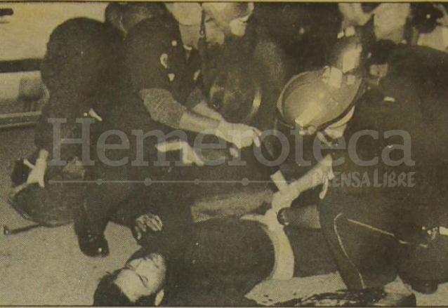 El estudiante López Sánchez recibe atención médica en medio de los disturbios. (Foto: Hemeroteca PL)
