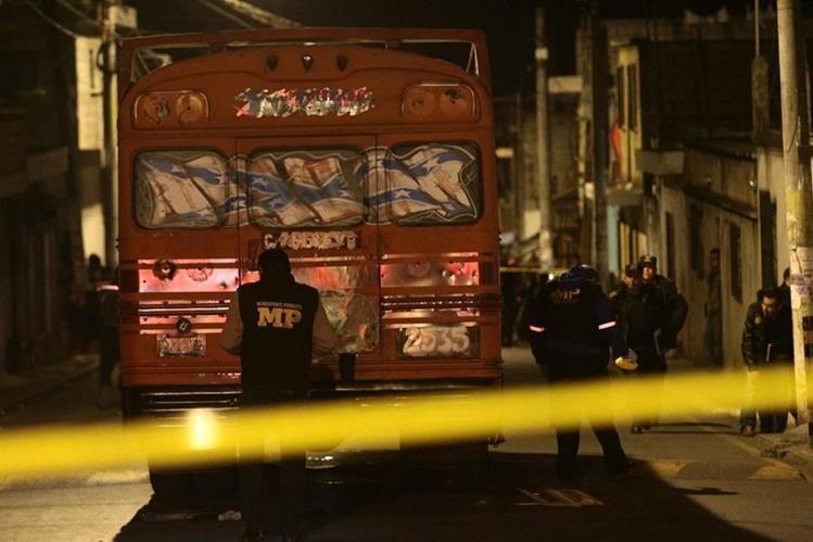 Adentro del bus quedaron los cuerpos de las tres víctimas. (Foto Prensa Libre: Álvaro Interiano)