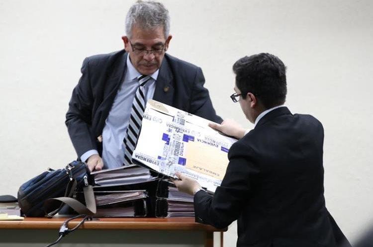 Juez Miguel Ángel Gálvez, recibe los medios de prueba por parte de la fiscalía en el caso de Cooptación del Estado. (Foto Prensa Libre: Paulo Raquec)